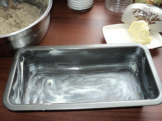 forma do chleba wysmarowana masłem